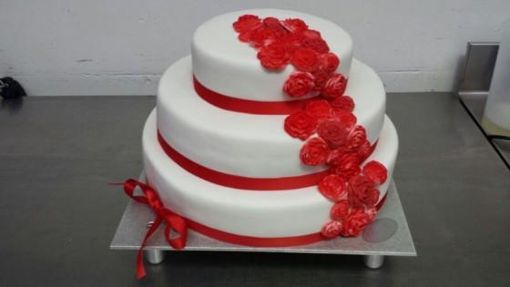Bruidstaart rode rozen 2